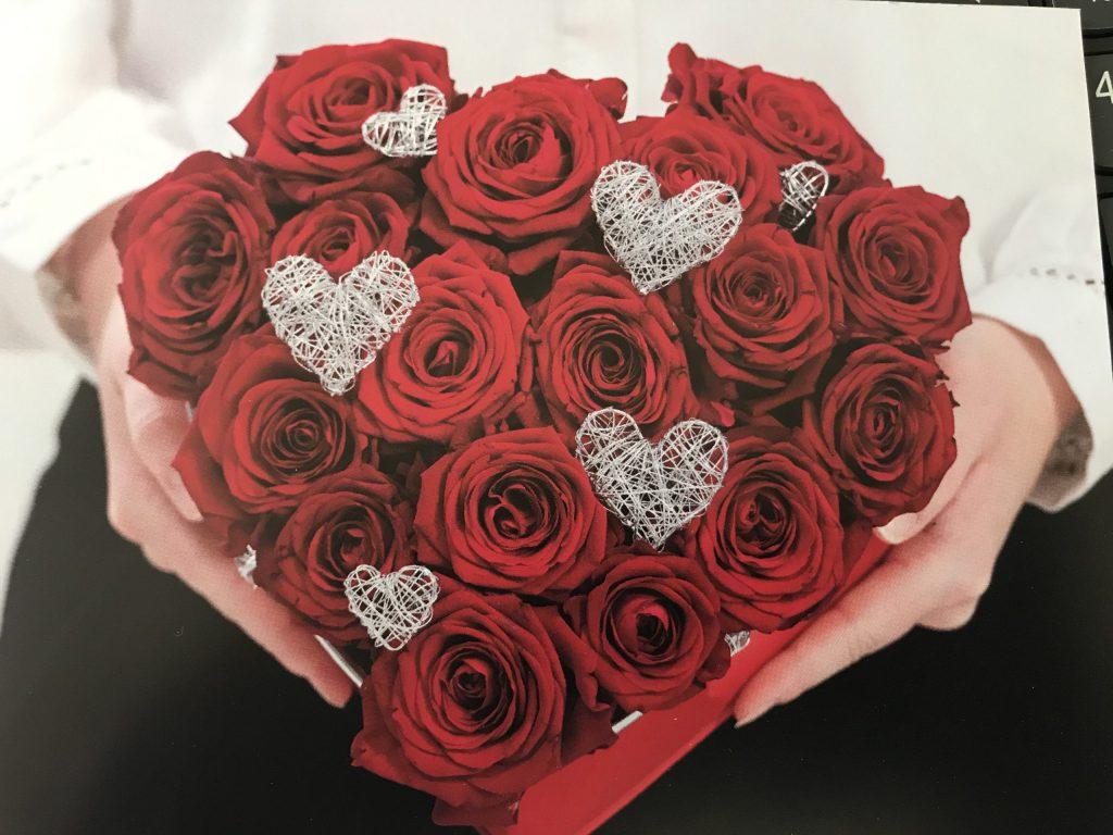 Rote Konservierte Rosen in Herzbox